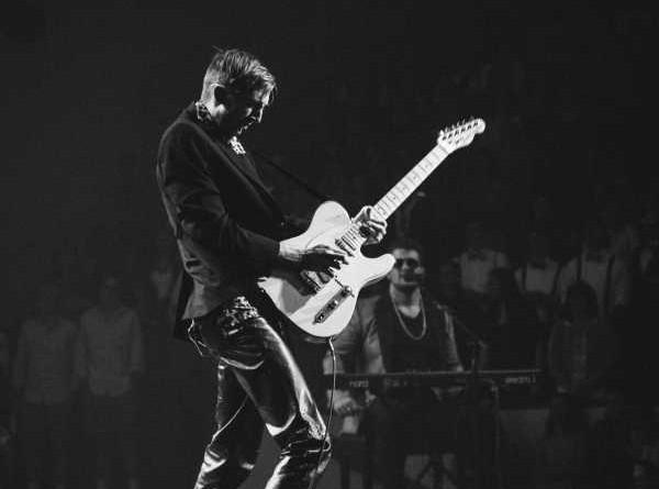 musico-guitarra-electrica-concierto